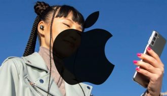 Vì sao Apple lại sử dụng Samsung Galaxy S21 quảng cáo tai nghe mới?